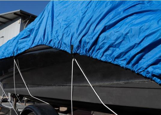 Housse imprégnée et renforcée aux points d'effort pour garantir la bonne protection de votre bateau à moteur. Le galon garni d'un cordage élastique et des oeillets assure une parfaite fixation.   (Image 6 de 8)