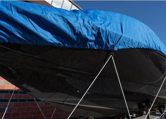 Housse imprégnée et renforcée aux points d'effort pour garantir la bonne protection de votre bateau à moteur. Le galon garni d'un cordage élastique et des oeillets assure une parfaite fixation.   (Image 5 de 8)