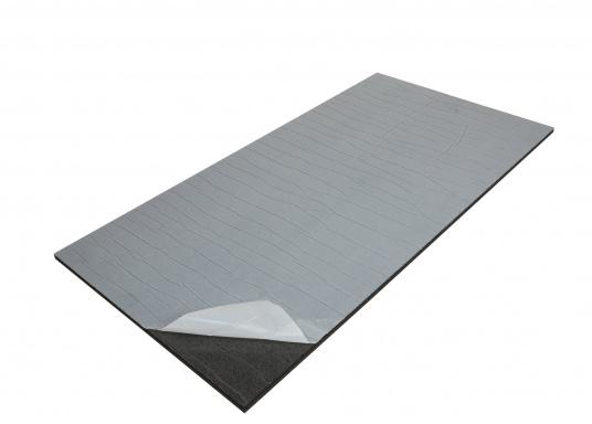Ces panneaux constituent une solution d'isolation acoustique optimum pour les compartiments moteur. Ils sont constitués d'une mousse à base de polyether recouverte d'aluminium. Deux modèles sont disponibles.  (Image 3 de 7)