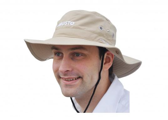 Ce chapeau MUSTO est parfait pour vous protéger du soleil. Il peut être replié sur les côtés et protège la nuque du soleil.  (Image 2 de 2)