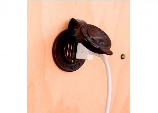 Grâce aux doubles prises USB BLUE SEA vous pouvez charger deux appareils à la fois (smartphone et tablette).  (Image 5 de 8)