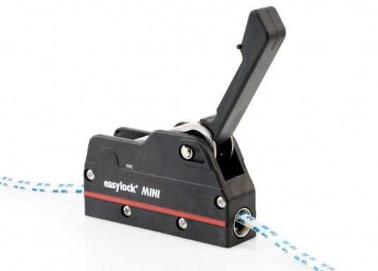 Le bloqueur easylock Mini permet de reprendre la tension sur la manoeuvre sans avoir à l'ouvrir. Pour cordage de 6 à 10 mm et bateau jusqu'à 32 pieds. Charge de travail max : 450 kg  (Image 7 de 9)