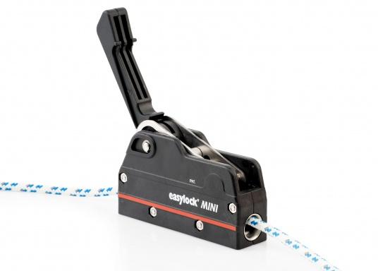 Le bloqueur easylock Mini permet de reprendre la tension sur la manoeuvre sans avoir à l'ouvrir. Pour cordage de 6 à 10 mm et bateau jusqu'à 32 pieds. Charge de travail max : 450 kg  (Image 3 de 9)