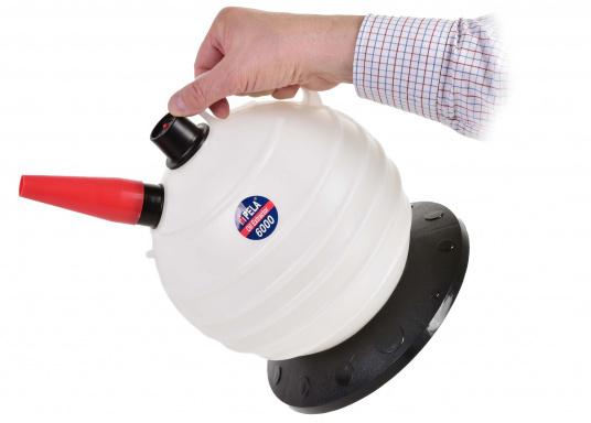 Cette pompe très pratique est idéale pour les utilisations à la maison et à bord.  (Image 6 de 7)