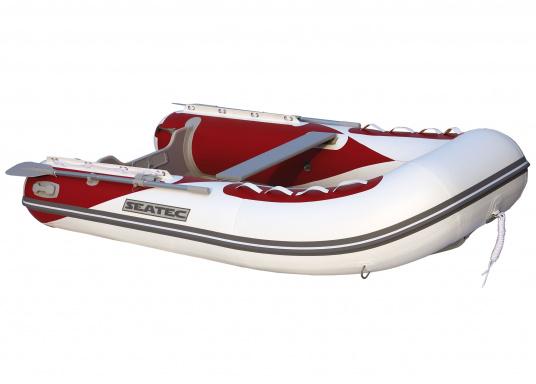 Le nouveau pneumatique SEATEC conjugue les avantages des bateaux à fond latté avec ceux des semi-rigides : une carène stable, un excellent maniement, un poids réduit et une forte capacité de charge.   (Image 1 de 8)