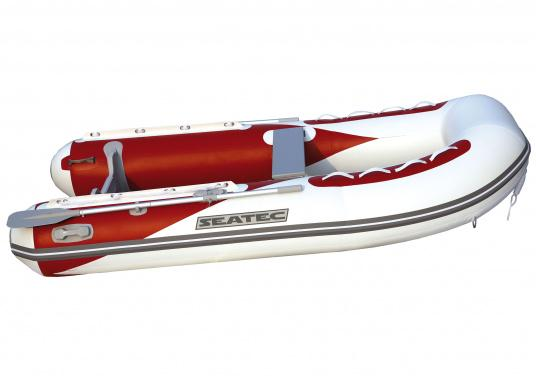 Le nouveau pneumatique SEATEC conjugue les avantages des bateaux à fond latté avec ceux des semi-rigides : une carène stable, un excellent maniement, un poids réduit et une forte capacité de charge.   (Image 2 de 8)