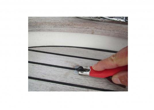 Ce couteau spécial est l'outil idéal pour travailler sur les joints de ponts en teck. (Image 6 de 6)