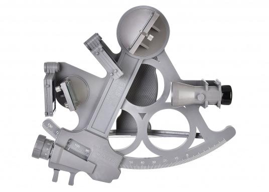 Le sextant par DAVIS ! Fiable et pleinement testé, en matière plastique renforcée fibre de verre avec une graduation sur 178 mm, 7 filtres solaires, 3 loupes et une boîte de transport. Comprend un éclairage LED. Coloris : gris. (Image 1 de 7)