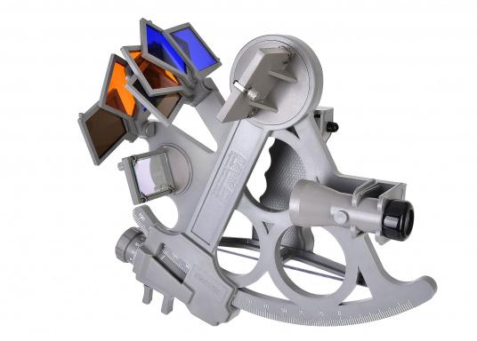 Le sextant par DAVIS ! Fiable et pleinement testé, en matière plastique renforcée fibre de verre avec une graduation sur 178 mm, 7 filtres solaires, 3 loupes et une boîte de transport. Comprend un éclairage LED. Coloris : gris. (Image 5 de 7)