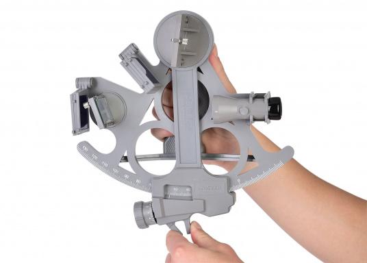 Le sextant par DAVIS ! Fiable et pleinement testé, en matière plastique renforcée fibre de verre avec une graduation sur 178 mm, 7 filtres solaires, 3 loupes et une boîte de transport. Comprend un éclairage LED. Coloris : gris. (Image 3 de 7)
