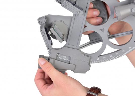 Le sextant par DAVIS ! Fiable et pleinement testé, en matière plastique renforcée fibre de verre avec une graduation sur 178 mm, 7 filtres solaires, 3 loupes et une boîte de transport. Comprend un éclairage LED. Coloris : gris. (Image 4 de 7)
