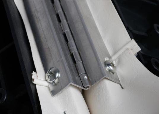 Banc dos à dos avec similicuir et cadre plastique. Deux places. La surface du banc peut être étendue jusqu'à 166 cm pour s'allonger. (Image 11 de 14)