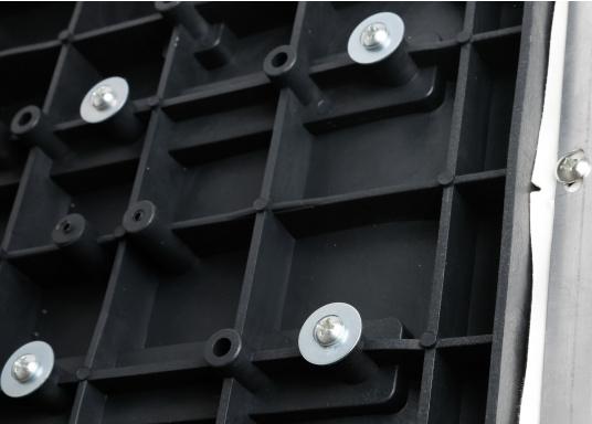 Banc dos à dos avec similicuir et cadre plastique. Deux places. La surface du banc peut être étendue jusqu'à 166 cm pour s'allonger. (Image 8 de 14)