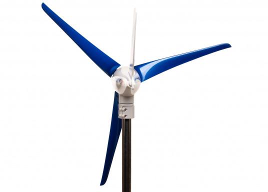 Cette éolienne est conçue par des marins pour des marins. Elle se caractérise par une grande performance, même par vent faible. Tension : 12 V. (Image 4 de 7)