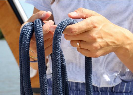 Le meilleur de deux techniques pour cette amarre. L'âme polyamide offre l'élasticité requise et la gaine polyester robuste lui procure une excellente protection. Disponible en plusieurs couleurs et diamètres.  (Image 3 de 7)