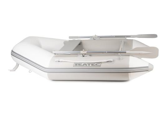 Bateau pneumatique haute qualité d'entrée de gamme. Conception élégante et maniement aisé : le NEMO 200 MARLIN propose un bon rapport qualité-prix. Idéal comme annexe, pour se divertir ou aller se baigner. (Image 2 de 8)