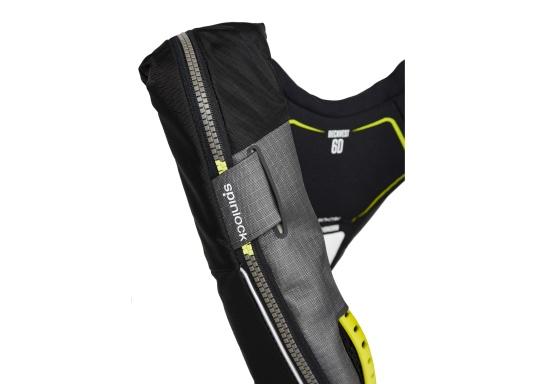 Le gilet 6D de Spinlock conjugue confort avec fonctionnalité et il est parfait pour être porté pendant de longues périodes. Équippé d'un feu LED clignotant, d'une capuche à large visière, d'une sous-cutale, d'un sifflet et d'un grand anneau textile pour frapper la longe.Le dessin de ce modèle vous laisse libre de vos mouvements. Pour femmes et hommes de plus de 50 kg. Flottabilité : 275 N. (Image 6 de 7)