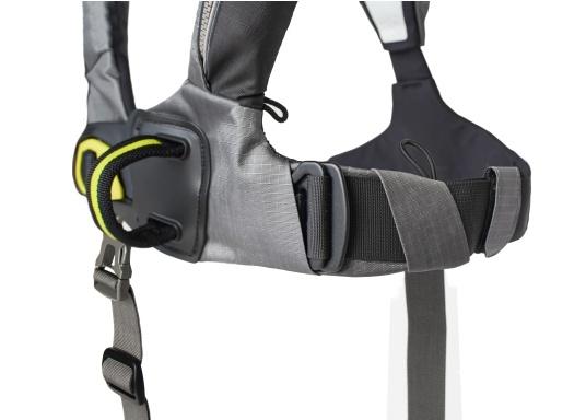 Le gilet 6D de Spinlock conjugue confort avec fonctionnalité et il est parfait pour être porté pendant de longues périodes. Équippé d'un feu LED clignotant, d'une capuche à large visière, d'une sous-cutale, d'un sifflet et d'un grand anneau textile pour frapper la longe.Le dessin de ce modèle vous laisse libre de vos mouvements. Pour femmes et hommes de plus de 50 kg. Flottabilité : 275 N. (Image 4 de 7)