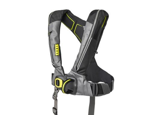 Le gilet 6D de Spinlock conjugue confort avec fonctionnalité et il est parfait pour être porté pendant de longues périodes. Équippé d'un feu LED clignotant, d'une capuche à large visière, d'une sous-cutale, d'un sifflet et d'un grand anneau textile pour frapper la longe.Le dessin de ce modèle vous laisse libre de vos mouvements. Pour femmes et hommes de plus de 50 kg. Flottabilité : 275 N. (Image 2 de 7)