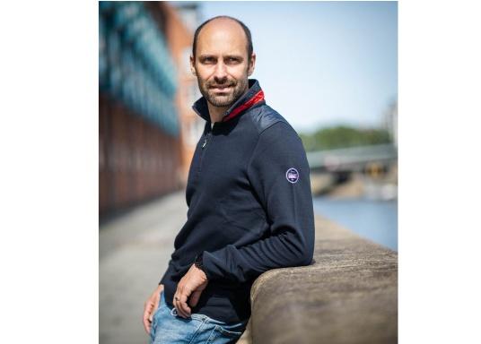 Pull marin classique pour homme, haut de gamme, en 100% coton haute qualité. Le pull DAVINCI donne cet élégant air marin grâce à la bande contrastée sur le col en nylon de haute qualité, avec une couture en zig-zag. (Image 1 de 7)