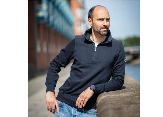 Pull marin classique pour homme, haut de gamme, en 100% coton haute qualité. Le pull DAVINCI donne cet élégant air marin grâce à la bande contrastée sur le col en nylon de haute qualité, avec une couture en zig-zag. (Image 2 de 7)
