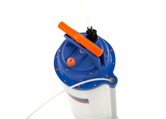 Pompe de vidange universelle, facile à utiliser, pour huiles, eau et autres liquides. Actionnez la pompe en élevant et en abaissant la poignée. En quelques instants, un vide se créé qui aspire le liquide dans le réceptacle de la pompe. Volume : 10,5 litres. (Image 3 de 5)